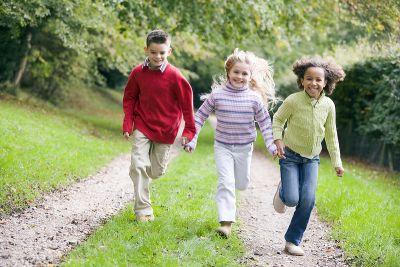 Kinder tragen draussen eine Secur-iD Slim